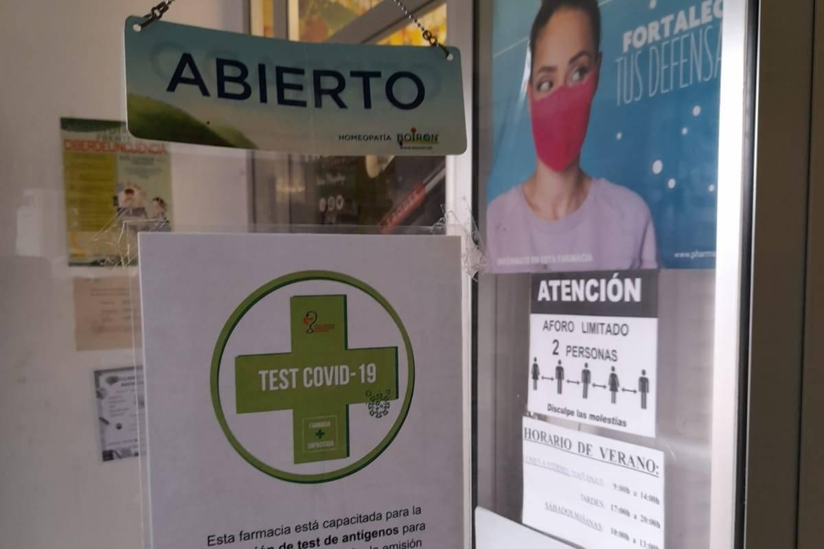 Cartel en una farmacia aragonesa que realiza certificados covid europeos.