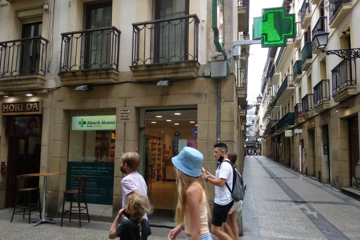 Una farmacia del casco viejo de San Sebastián. /Carmen Torrente.