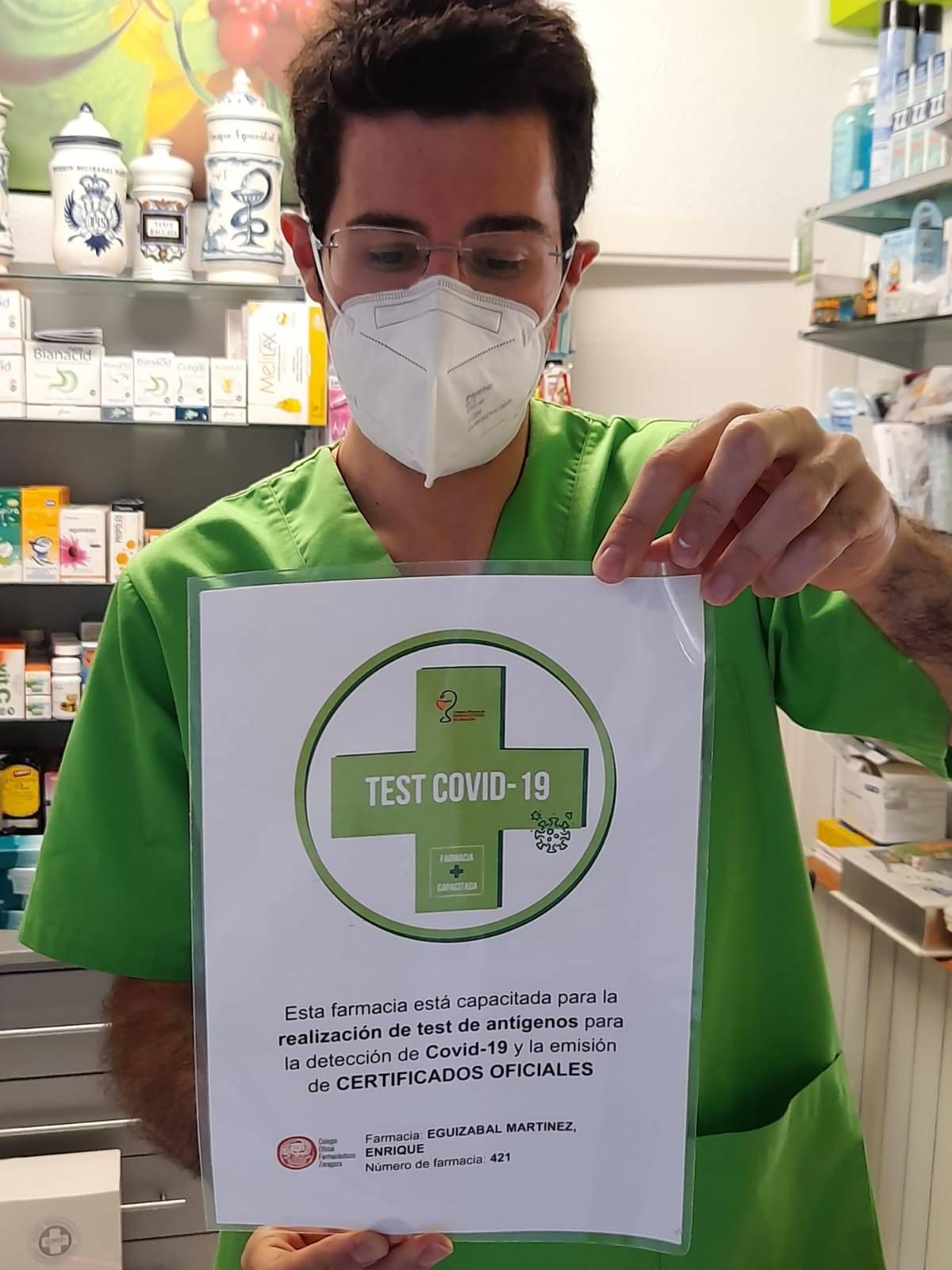 Farmacéutico en una botica adherida para emitir certificados covid europeos.