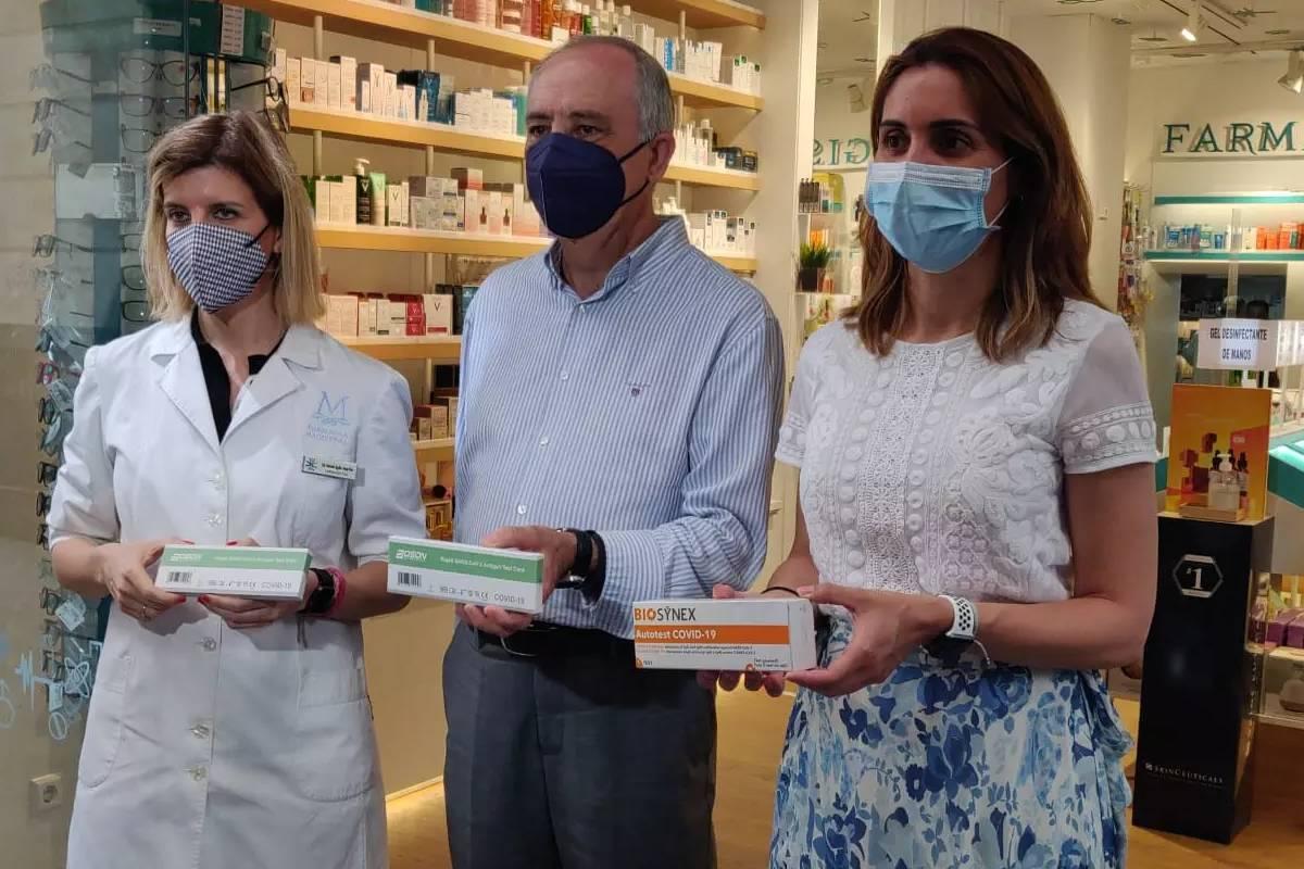 La presidenta del COF de Murcia, Paula Payá (a la derecha), junto al director general de Planificación, Investigación, Farmacia y Atención al Ciudadano de Murcia, Jesús Cañavate.