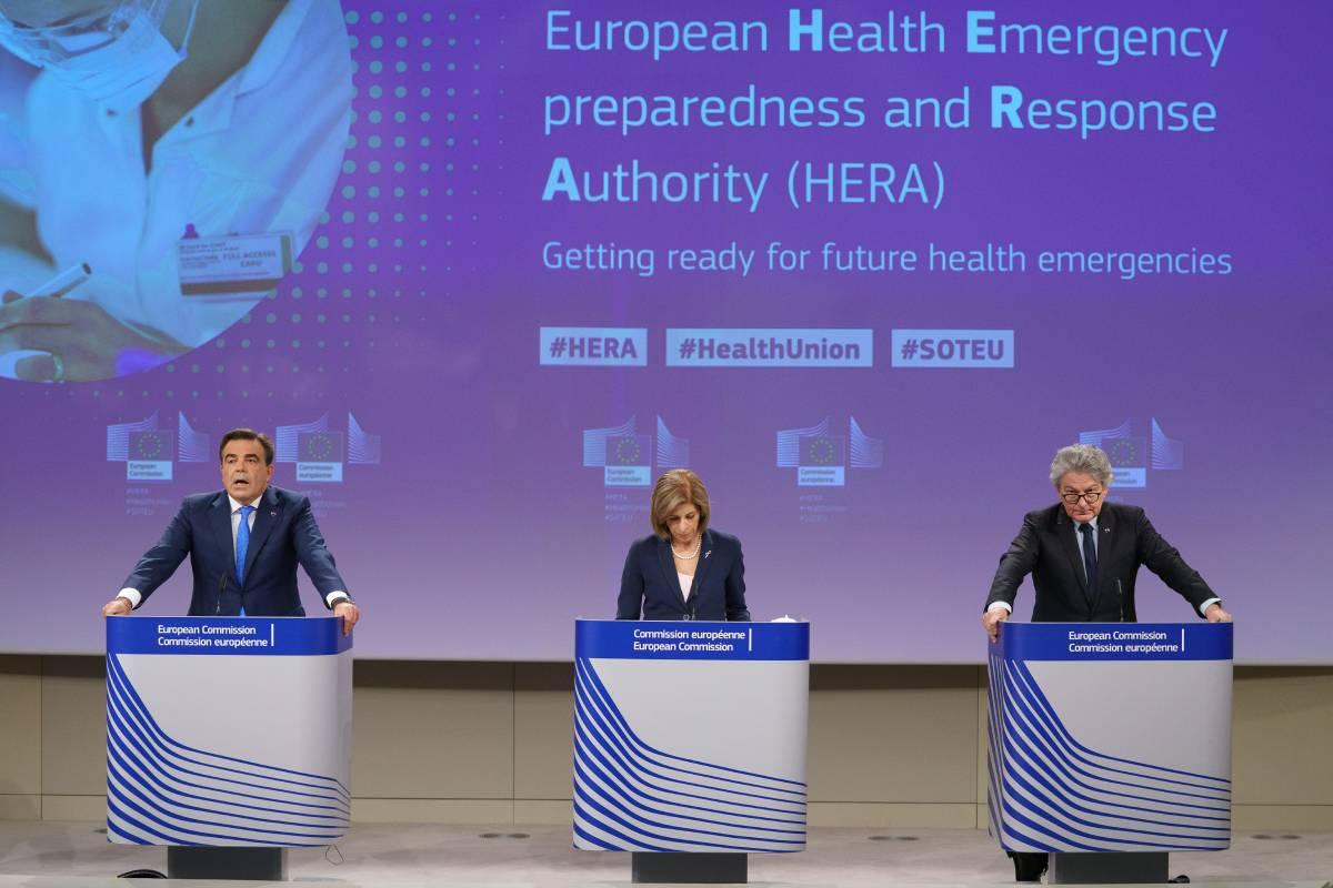 Margaritis Schinas, vicepresidente de la Comisión Europea; Stella Kyriakides,  comisaria europea de Salud y Seguridad Alimentaria, y Thierry Breton, comisario europeo de Mercado Interior. /Comisión Europea.