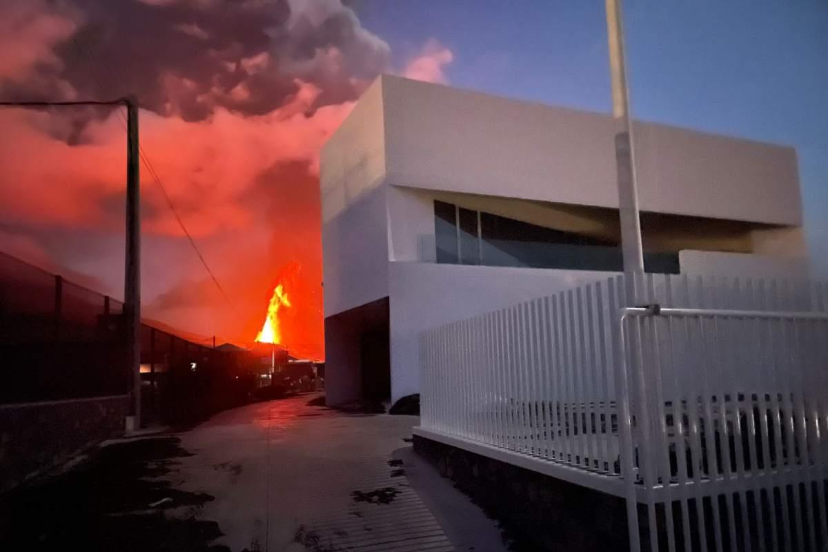 El nuevo almacén de Cofarte en La Palma, con el volcán erupcionando al fondo.