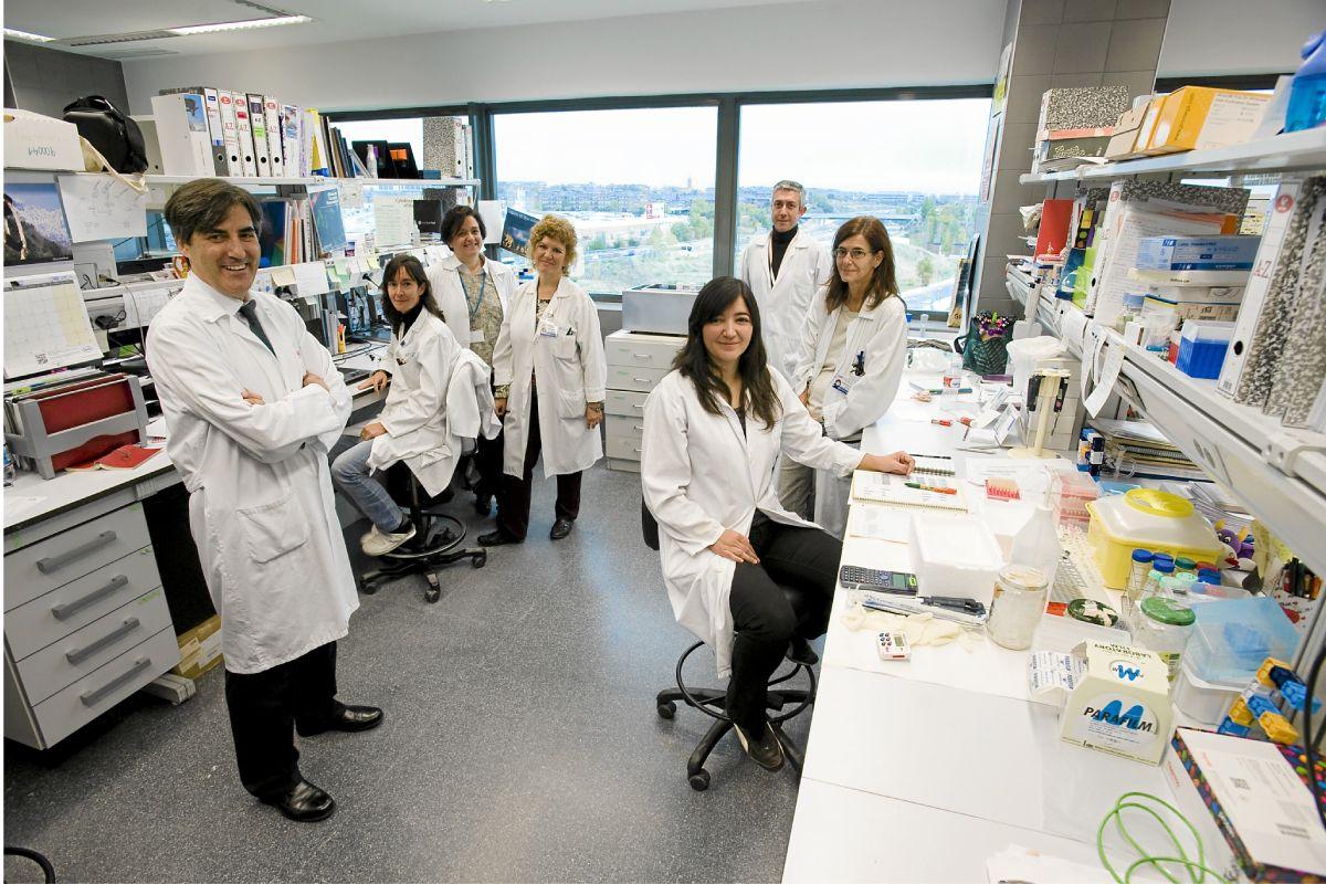 Mariano Provencio, a la izquierda, con parte de su equipo de investigación, en el Hospital Puerta de Hierro-Majadahonda, en Madrid. FOTO: Mauricio Scrycky.