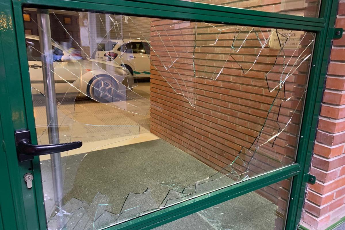 Aspecto de la puerta principal del Centro de Salud de Tauste tras la última agresión sufrida en este centro del Sector III de la Comunidad de Aragón (Foto: CESM-Aragón).