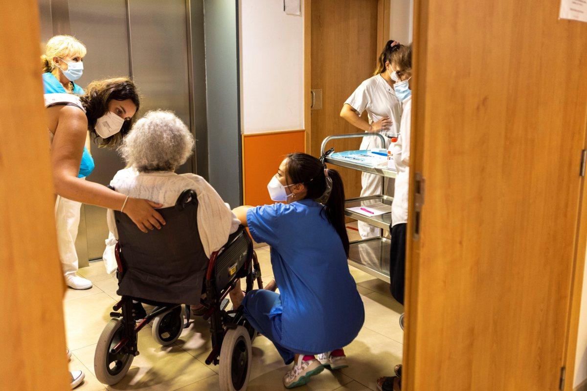 La tercera dosis de vacuna de covid-19 ya se está administrando en las residencias de mayores. (FOTO: EFE//CATI CLADERA).