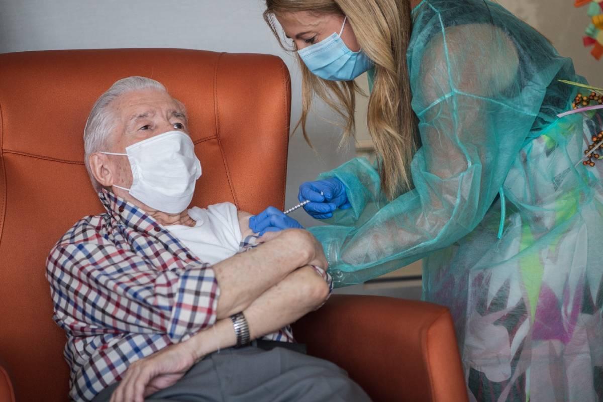 La EMA sigue evaluando la tercera dosis en pacientes vulnerables, aunque tiene datos que sugieren que cae la protección frente a la hospitalización en vacunados, especialmente ancianos.