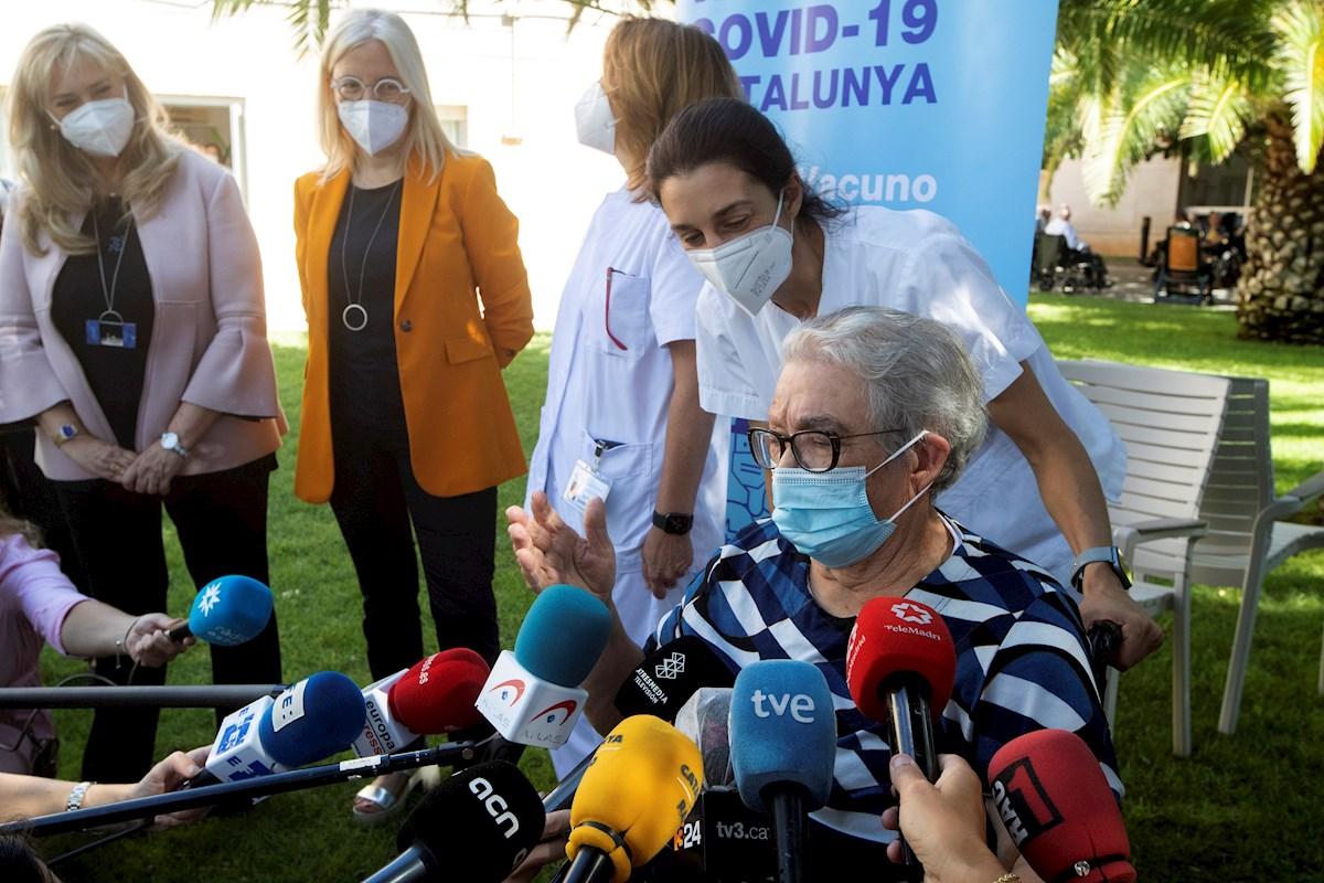 Josefa Pérez, primera persona vacunada en Cataluña contra la Covid19, atiende a la prensa tras recibir la tercera dosis hoy en Hopitalet de LLobregat. EFE/Marta Pérez
