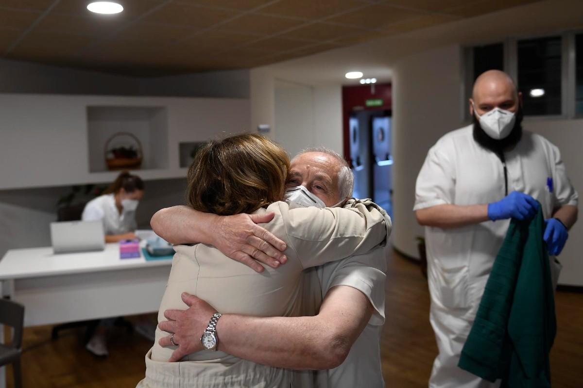 Un hombre da un abrazo tras recibir este jueves la tercera dosis de la vacuna contra el coronavirus en la Residencia La Mixta de Gijón, Asturias cuando comienza la vacunación de dicha dosis a los residentes en los centros sociosanitarios de personas mayores del Principado. EFE/ Eloy Alonso POOL