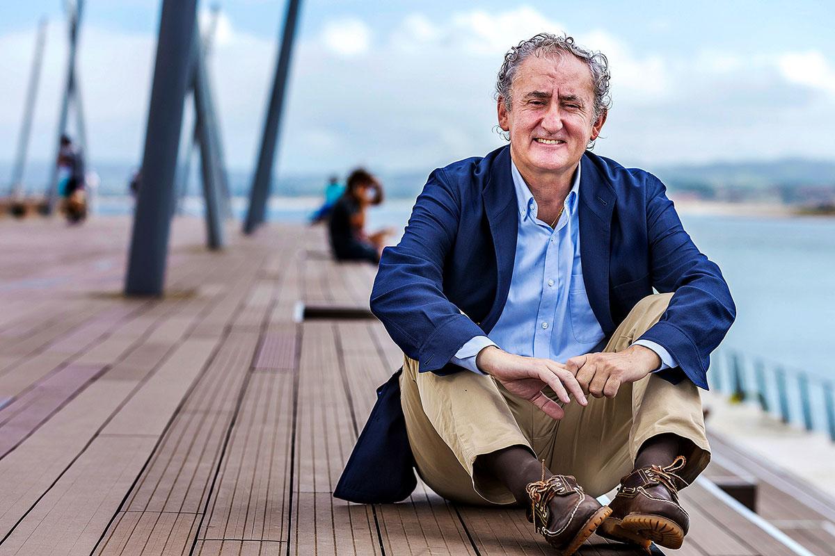 Tomás Cobo, presidente de la OMC hasta 2025 y vicepresidente de la UEMS, posa relajado minutos antes de la entrevista en el puerto deportivo de la capital cántabra (Foto: Roberto Ruiz).