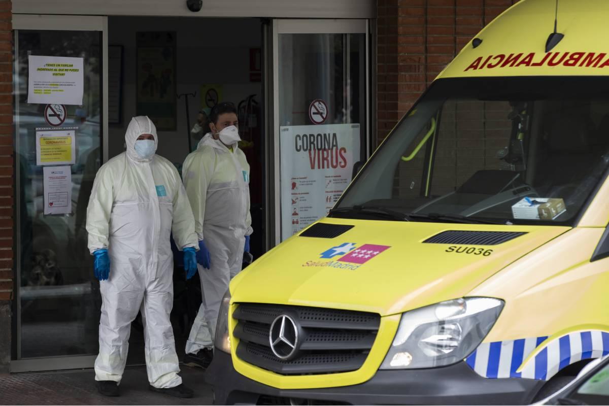 Dos sanitarios ante la puerta de Urgencias del Hospital Severo Ochoa de Leganés en marzo de 2020 (Foto: Bernardo Díaz)