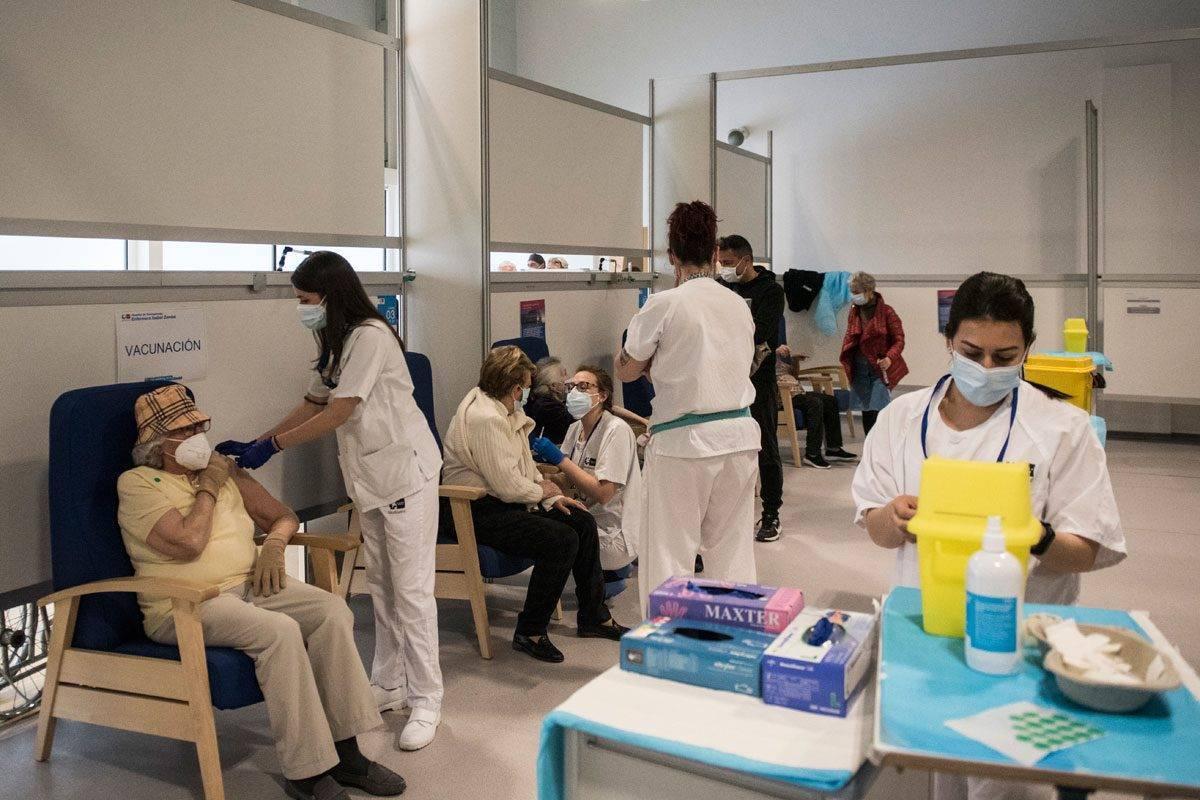 Enfermeras vacunando en el Hospital Enfermera Isabel Zendal. FOTOGRAFÍA: Luis Camacho,