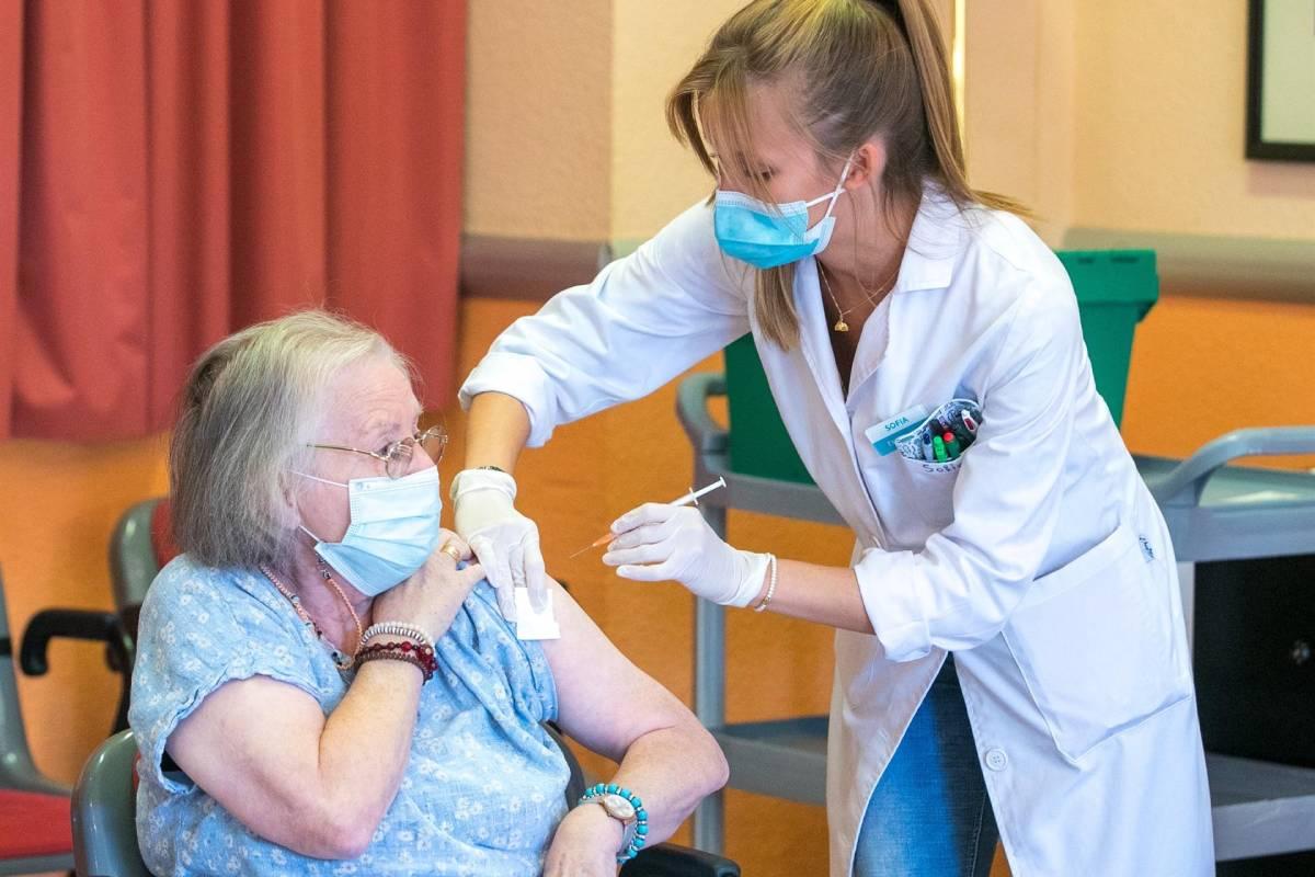 Una sanitaria administra la tercera dosis de vacuna a una residente de la Residencia Romareda de Zaragoza. (Foto: EFE/Javier Cebollada)