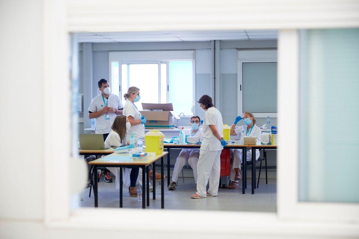 Enfermeras hablando en el centro de vacunación sin cita previa que se ha montado en la Universidad de Girona (Foto: EFE/David Borrat)