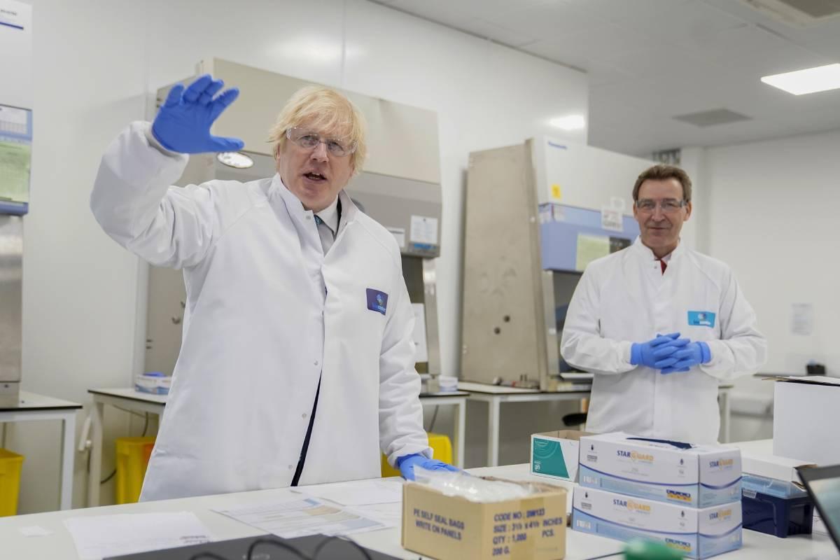 El primer ministro británico, Boris Johnson, durante una visita al Biocentro del Reino Unido en Milton Keynes, Gran Bretaña, el 12 de junio de 2020 dedicado a pruebas covid. Foto: EFE/EPA/Andrew Parsons/Downing Street.