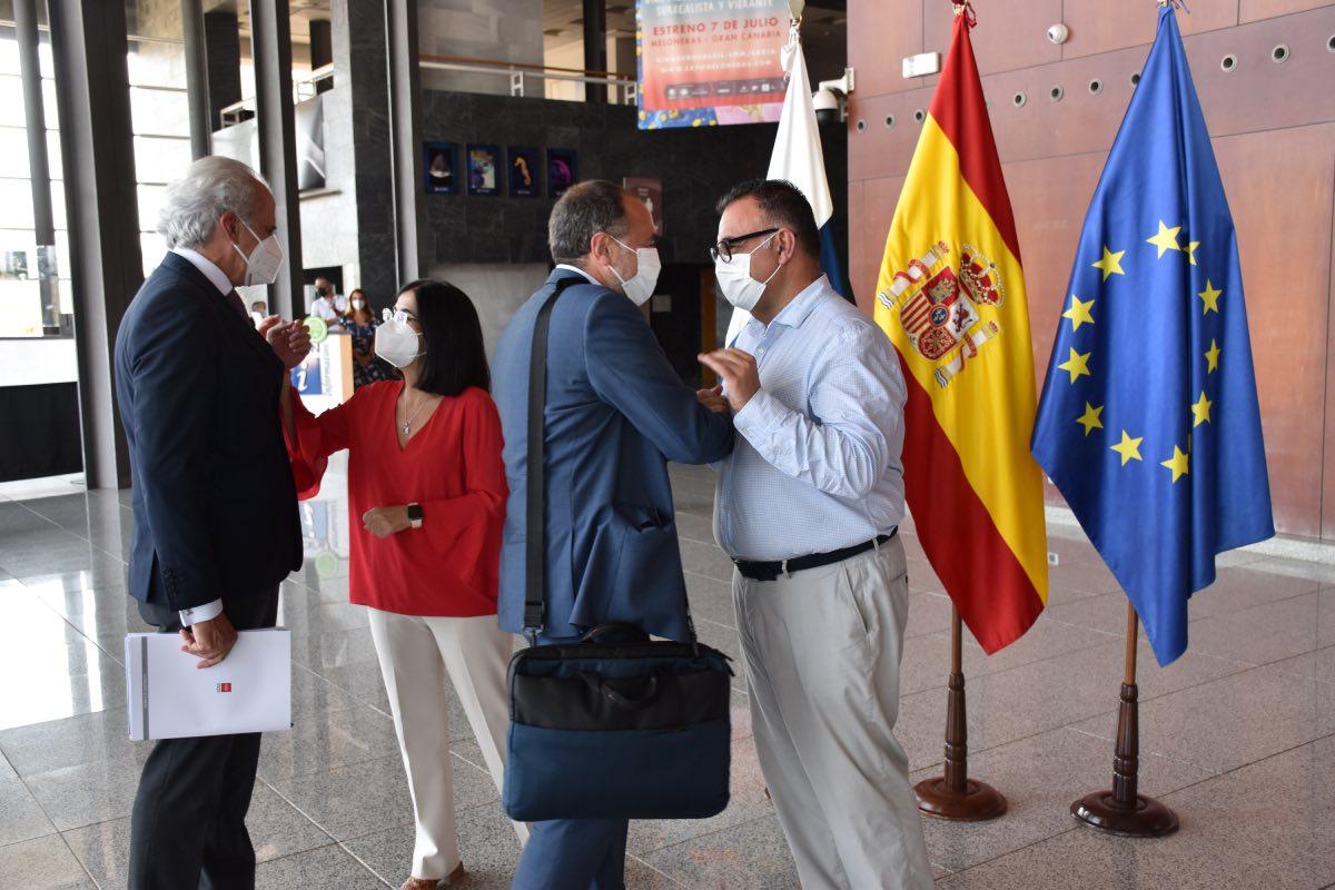 La ministra de Sanidad, Carolina Darias, saluda al consejero autonómico de Madrid, Enrique Ruiz Escudero, a su llegada al centro donde se celebró la 'cumbre' de Primaria (Foto: Ministerio de Sanidad).