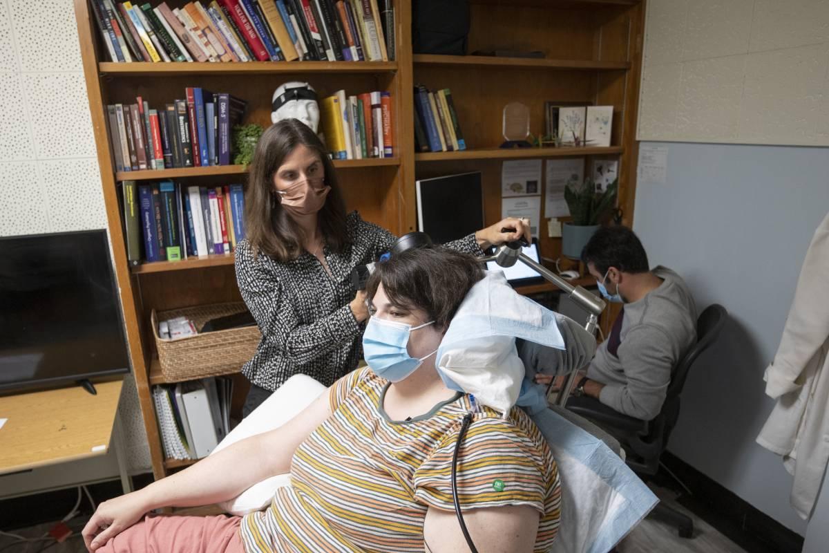 Sarah, participante en el estudio, con la neurocientífica Katherine Scangos. (FOTO: UCSF)