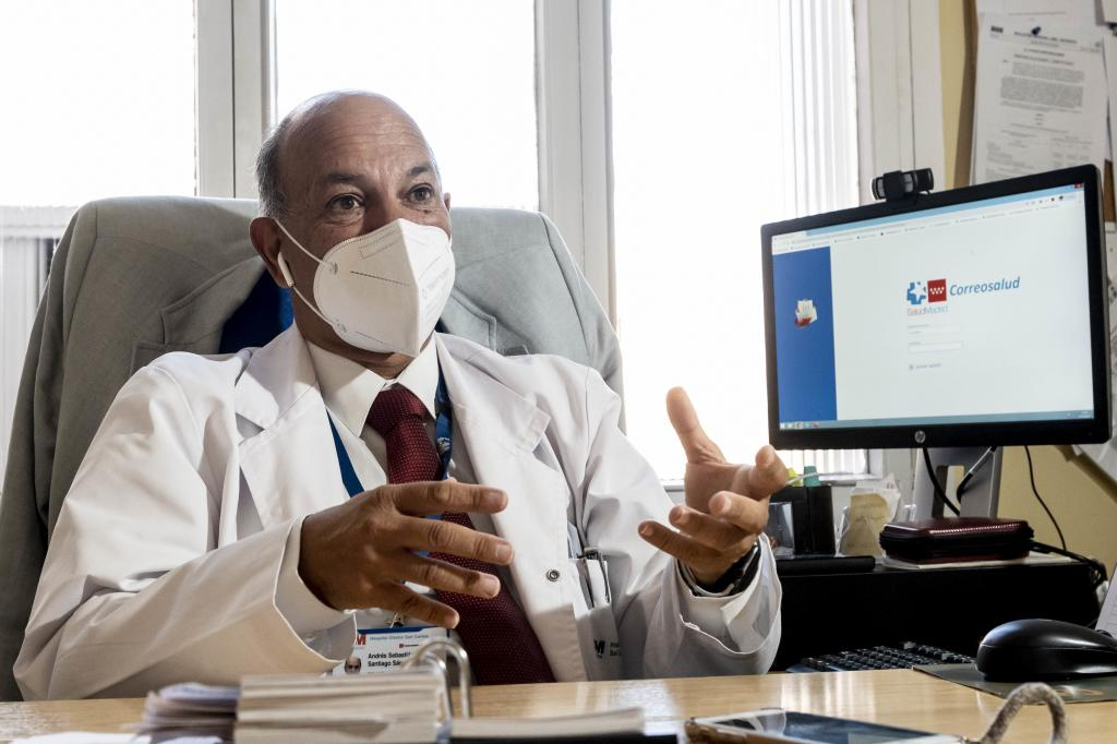 Andrés Santiago, jefe de Servicio de Medicina Legal y Forense del Hospital Universitario San Carlos de Madrid, posa en una ventana del hospital desde la que se ve el Tribunal Constitucional. Fotos: José Luis Pindado.