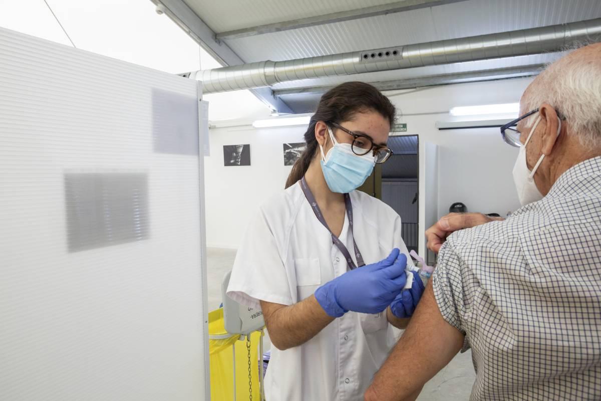 Una enfermera poniendo una vacuna en el Hospital Isabel Zendal.