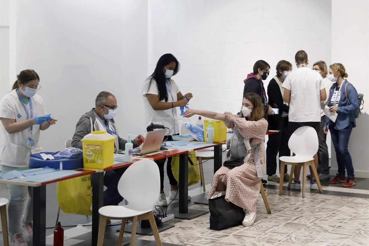 Punto de vacunación sin cita en el centro comercial de Glòries (EFE/ Andreu Dalmau)