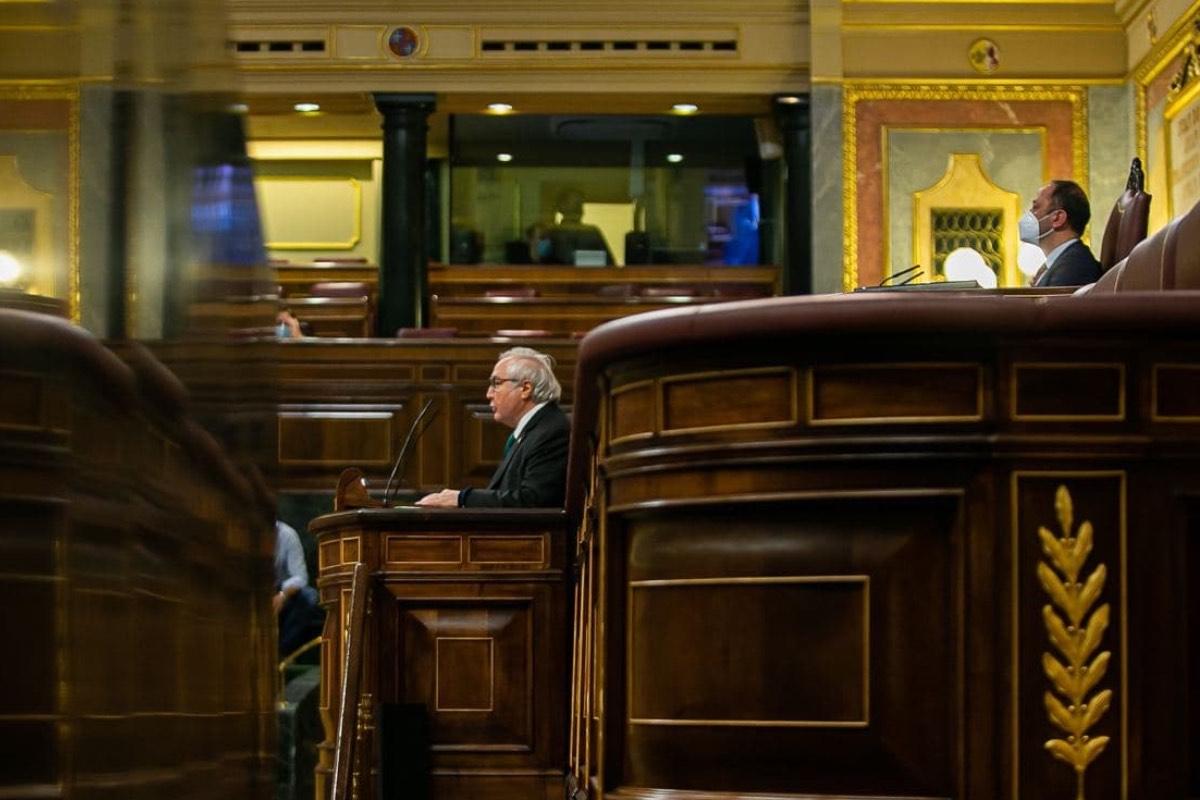 El ministro de Universidades, Manuel Castells, durante una intervención en la tribuna del Congreso de los Diputados (Foto: Ministerio de Universidades).