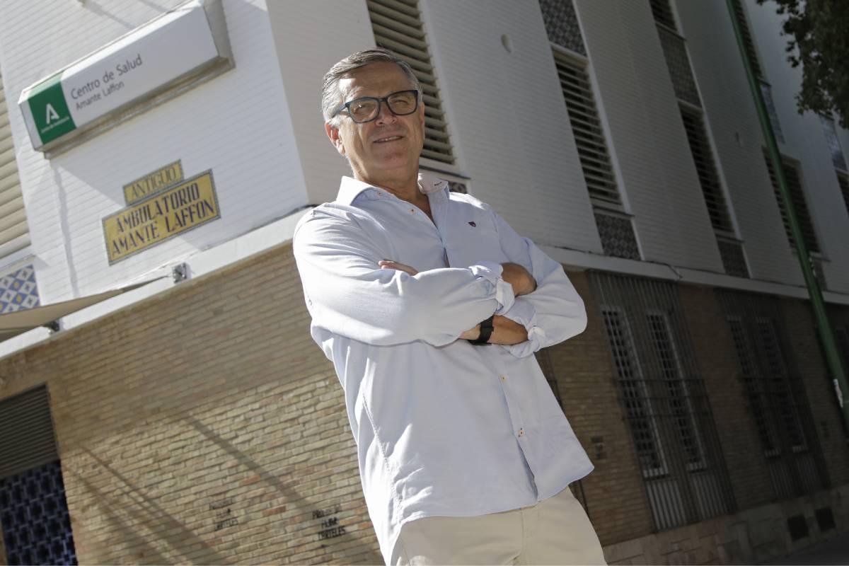 Cristóbal Coronel, presidente de la  Sociedad Española de Pediatría Extrahospitalaria y de Atención Primaria (Sepeap), frente a su centro de salud (Foto: Juan Flores)