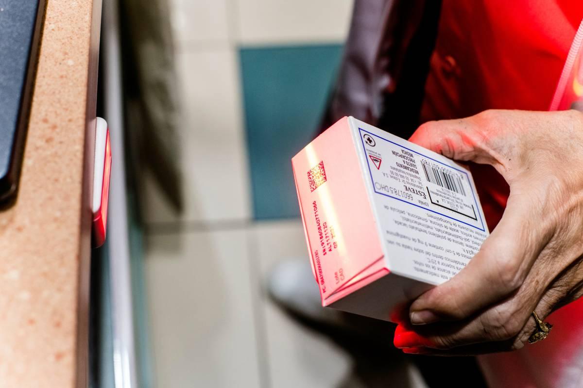 Escaneo de un medicamento en la farmacia Arapiles, de Madrid. Foto: Mauricio Skrycky.