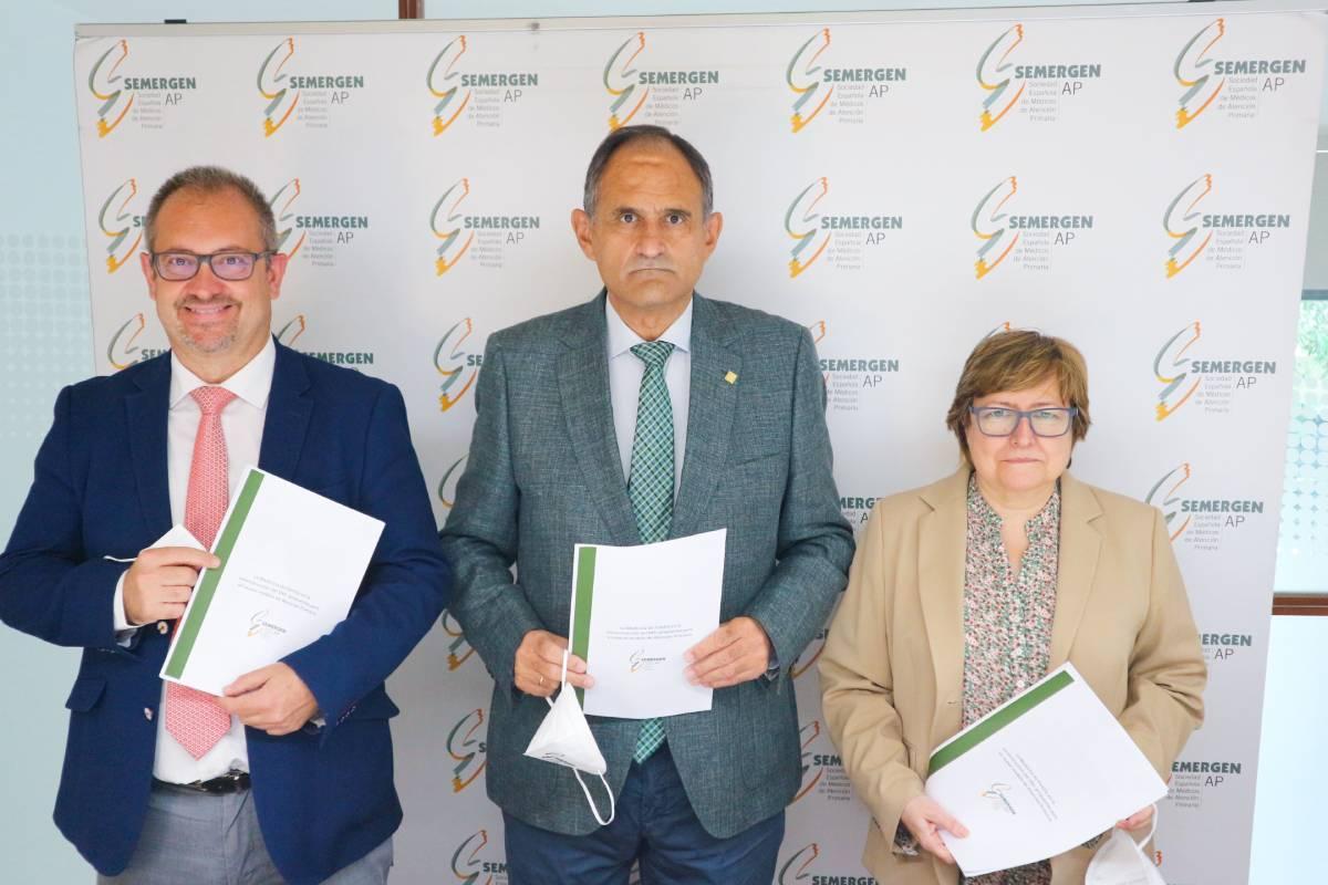 En el centro, José Polo, presidente de Semergen, acompañado por el vicepresidente, Rafael Micó, y la secretaria general, Aurora García, en la presentación del documento.