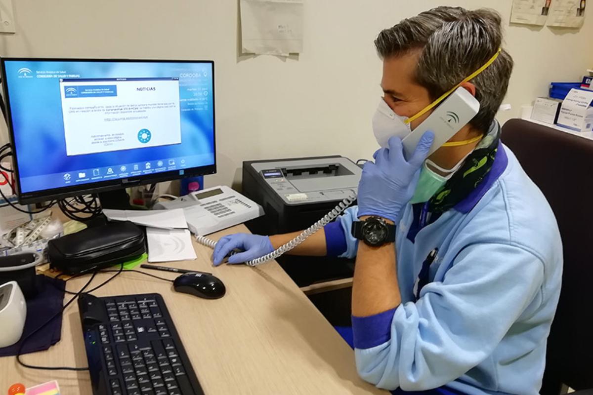 Un enfermero atiende una consulta telefónica en un centro de salud (Foto: Junta de Andalucía)