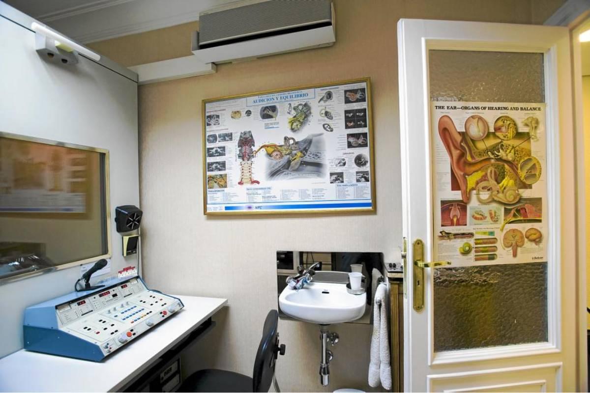 Gabinete de audiología, donde se realizan pruebas para la detección de hipoacusia.