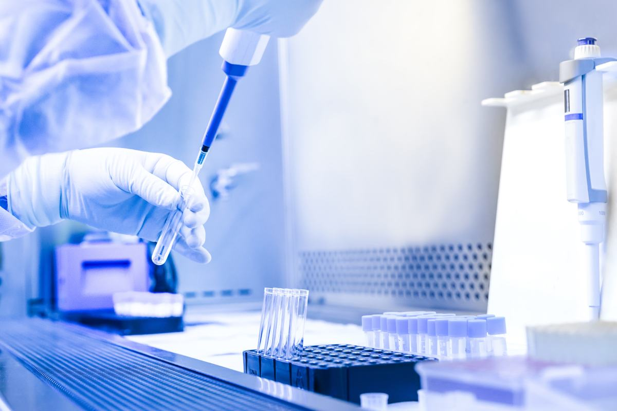 El tiempo que pasa de media desde que las nuevas terapias son aprobadas por la Agencia Europea del Medicamento (EMA) hasta que llegan a los hospitales españoles está 18 meses.