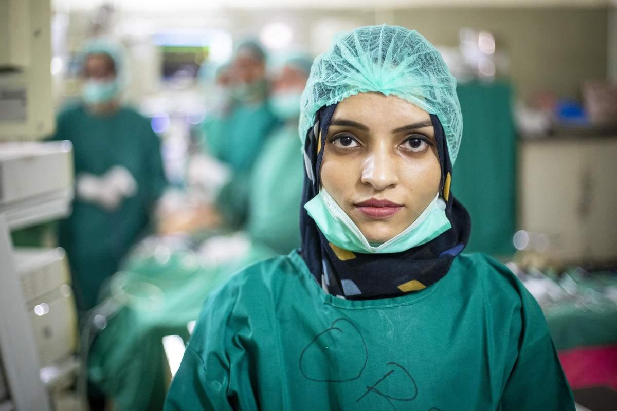 Saleema Rehman, trabajando como cirujana en el Hospital Sagrada Familia. /Acnur.
