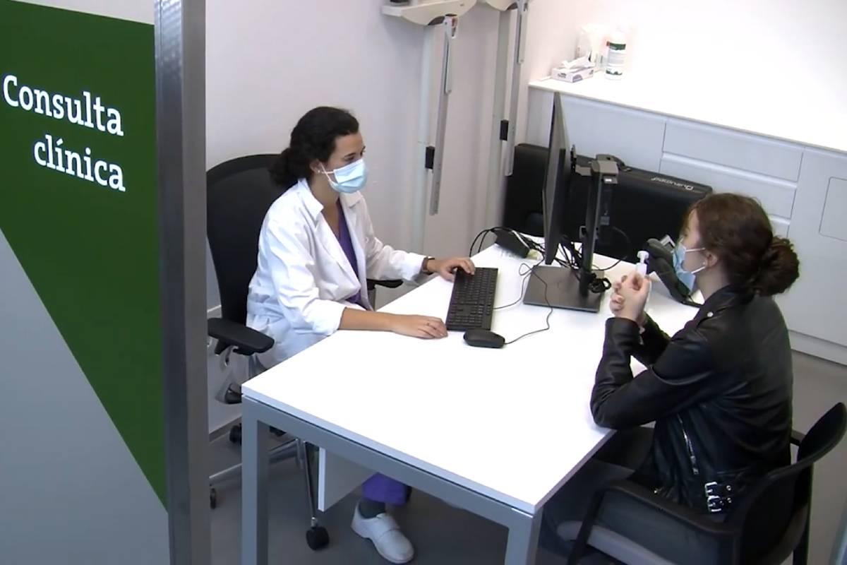 Una estudiante de Medicina realizando una prueba ECOE (Foto: Universidad de San Vicente Mártir)