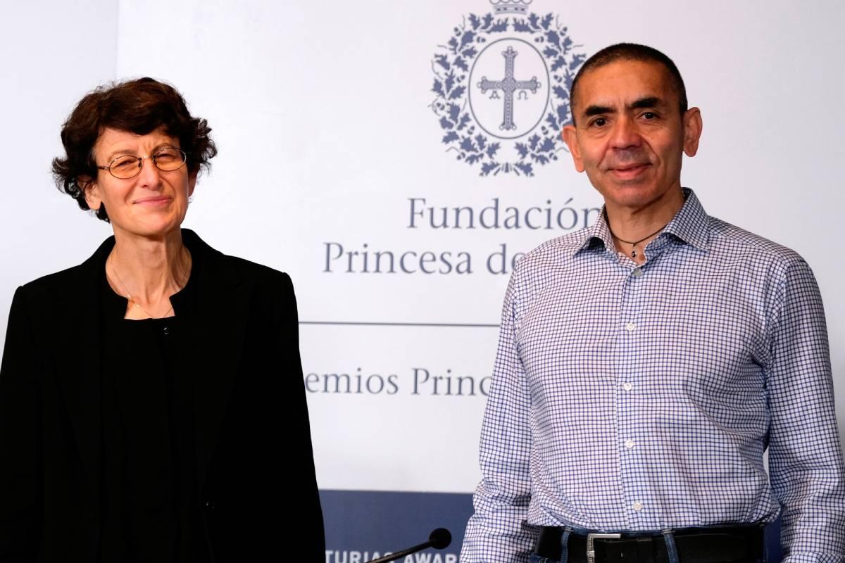 Uğur Şahin y Özlem Türeci, fundadores de la empresa BioNTech (FOTO: EFE/Paco Paredes)