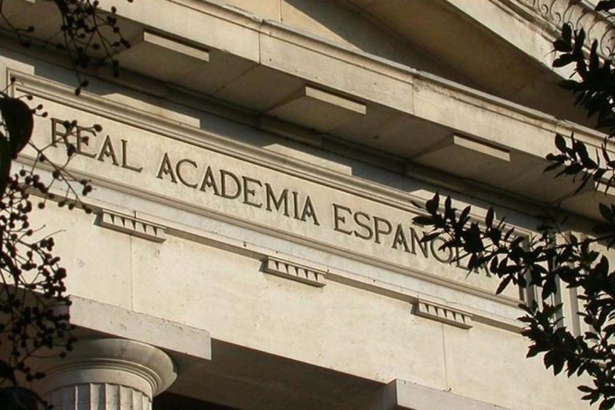 Fachada principal de la sede de la Real Academia de la Lengua, en Madrid (Foto: FundeuRAE).