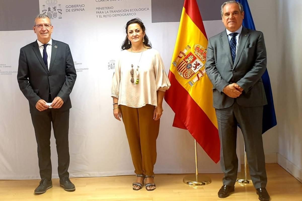El Secretario General para el Reto Demográfico, Francisco Boya; la presidenta del Gobierno de La Rioja, Concha Andreu, y el presidente del Consejo General de COF, Jesús Aguilar.