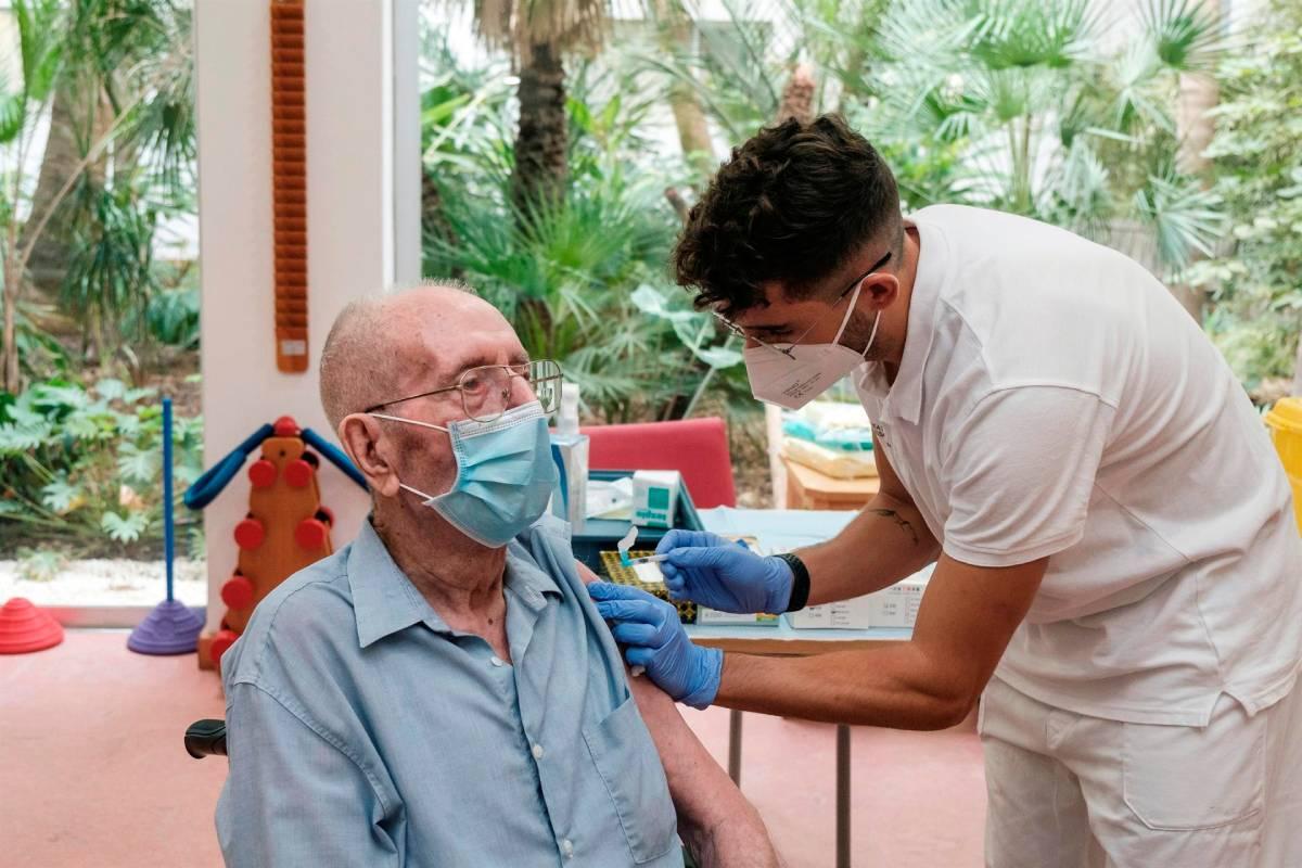 Un anciano de una residencia de Ibiza recibe la tercera dosis de la vacuna covid (Foto: EFE / Sergio G. Cañizares)