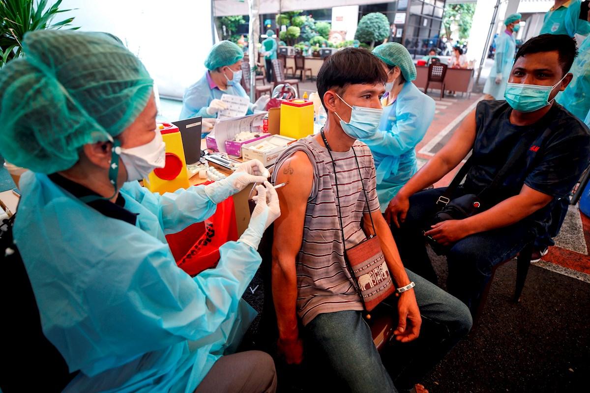 La OMS advierte que 28 países, sobre todo de África y Oriente Medio, aún solo han vacunado al 2% de su población. FOTO: EFE