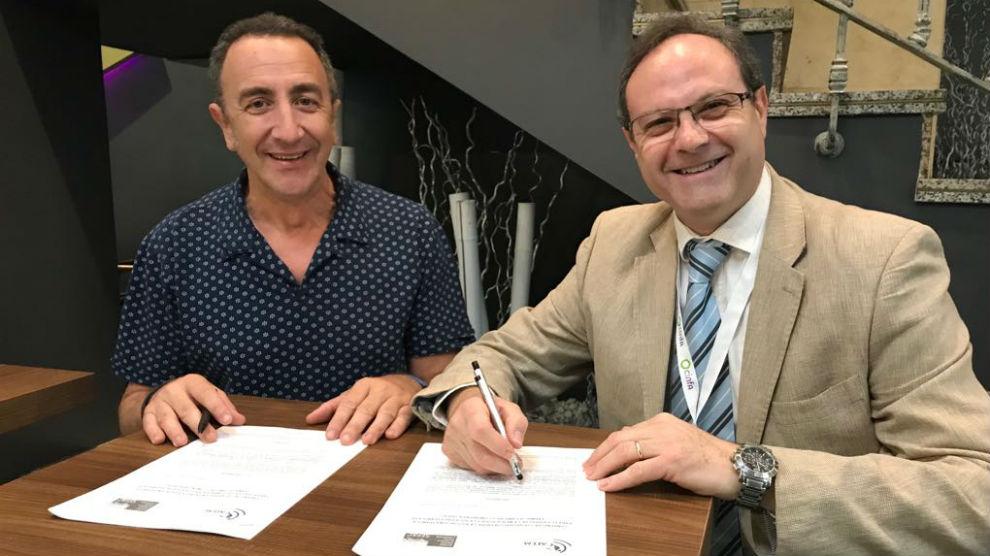 Nicolás Mendoza, presidente de AEEM, y Jesús C. Gómez, presidente de Sefac, durante la firma del acuerdo.