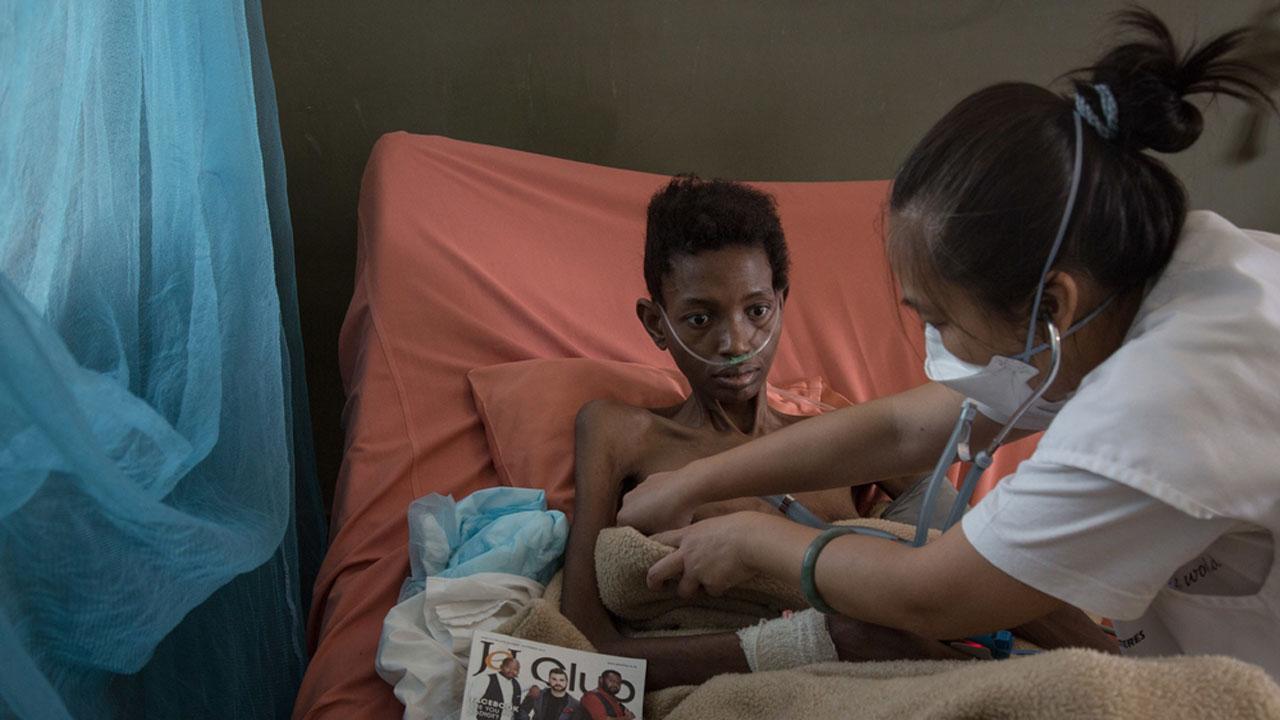 Un médico de MSF atiende a un paciente con MDR-TN en el Hospital de Mankayane, en la región de Manzini, en Swazilandia.