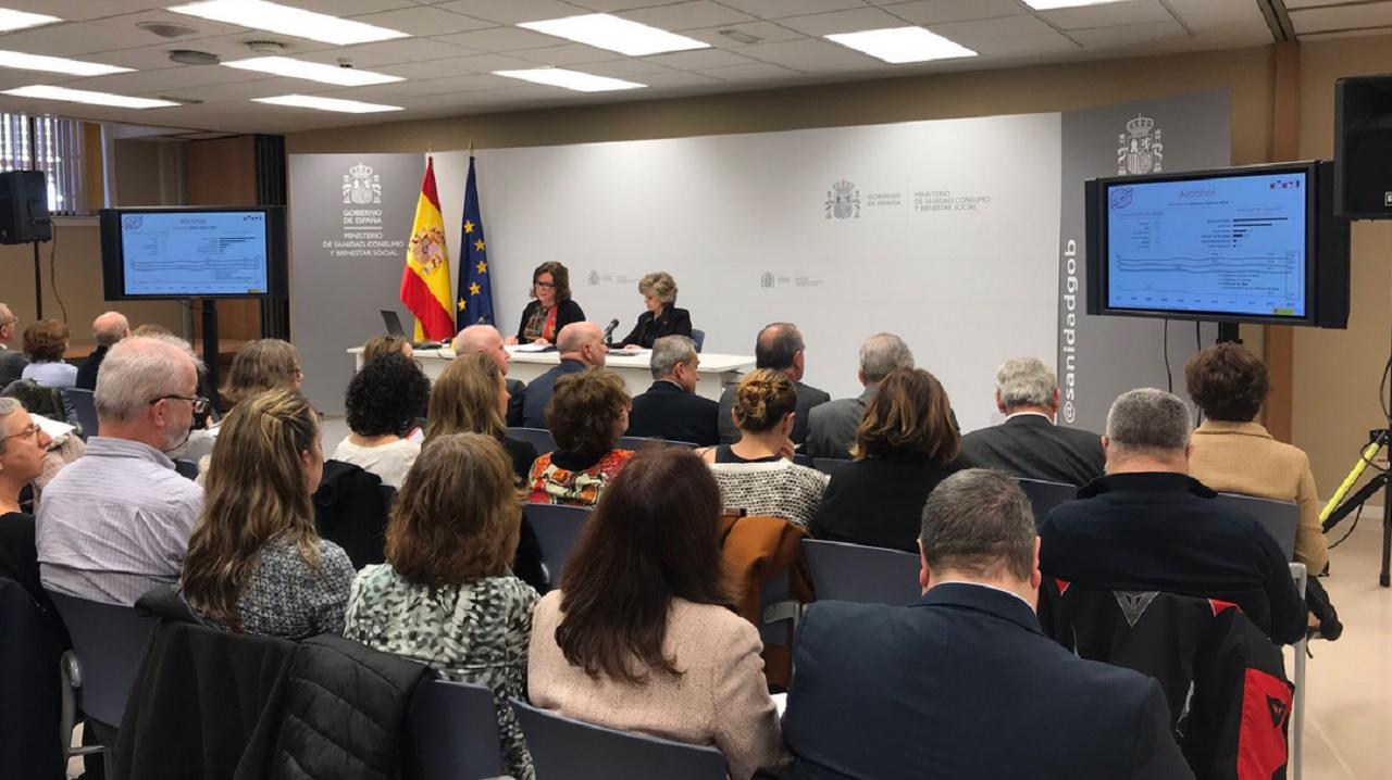 Presentación de la Encuesta Edades 2018. La ministra de Sanidad, María Luisa Carcedo, con la delegada del Plan Nacional sobre Drogas, Azucena Martí, este lunes.