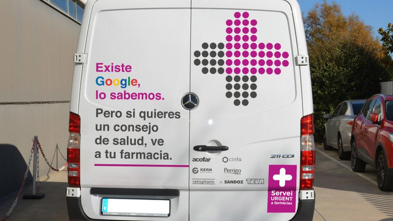 Furgoneta rotulada de Fedefarma con el mensaje 'Existe Google, lo sabemos. Pero si quieres un consejo de salud, ve a tu farmacia'.