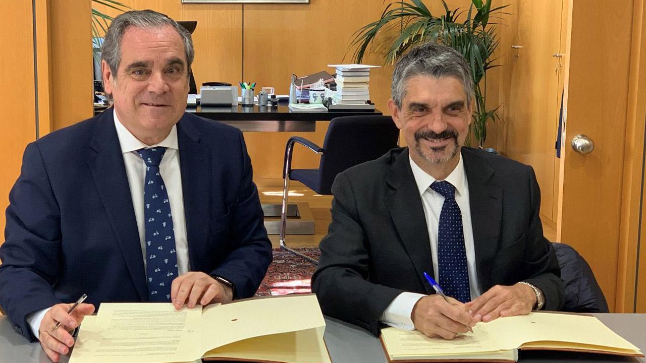 Jesús Aguilar, presidente del Consejo General de COF, y Jaume Pey, director general de Anefp, durante la firma del acuerdo.