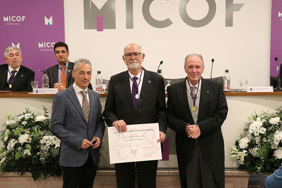 Jaime Giner, presidente del COF de Valencia (en el centro), en el acto de inauguración.