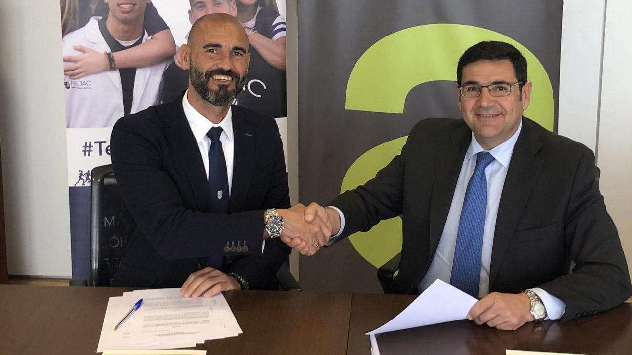 Manuel Ávila, director territorial de Medac, e Ignacio Pérez, director de la división de Relaciones con la Industria y Marketing de Bidafarma, durante la firma.