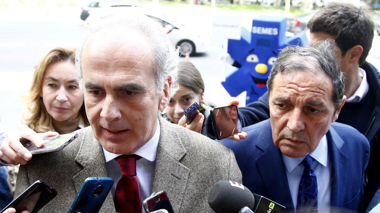 Enrique Ruiz Escudero, consejero de Sanidad de Madrid, habla con los medios de comunicación antes de entrar al Consejo Interterritorial acompañado de Antonio María Sáez Aguado, consejero de Sanidad de Castilla y León, y María Martín Díez de Baldeón, consejera de Salud de La Rioja.