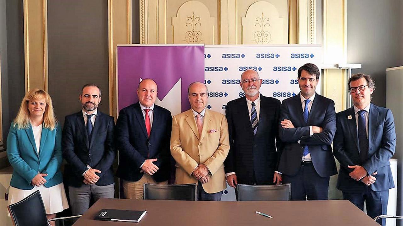El consejero de Aisa-Lavinia y delegado en Valencia, Javier E. Gómez-Ferrer, y el presidente del COF de Valencia, Jaime Giner (ambos en el centro), rubricaron el acuerdo entre las dos instituciones.