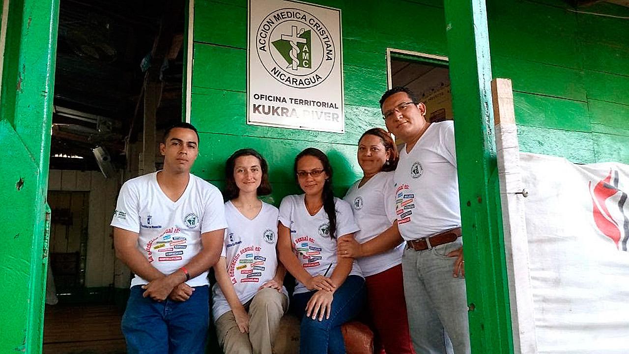 Grupo de trabajo de Acción Médica Cristiana, en la sede situada en San Francisco de Kukra River (Nicaragua).