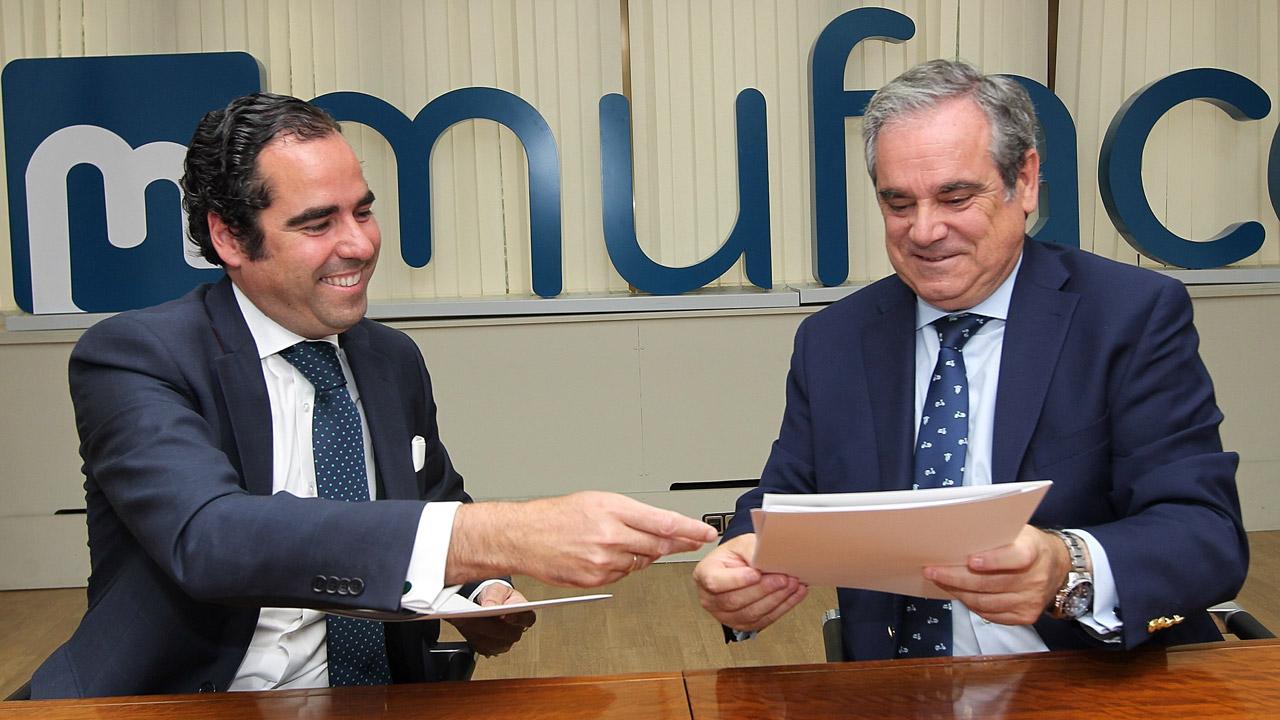 Antonio Sánchez, director general de Muface, y Jesús Aguilar, presidente del Consejo General de COF, durante la firma.