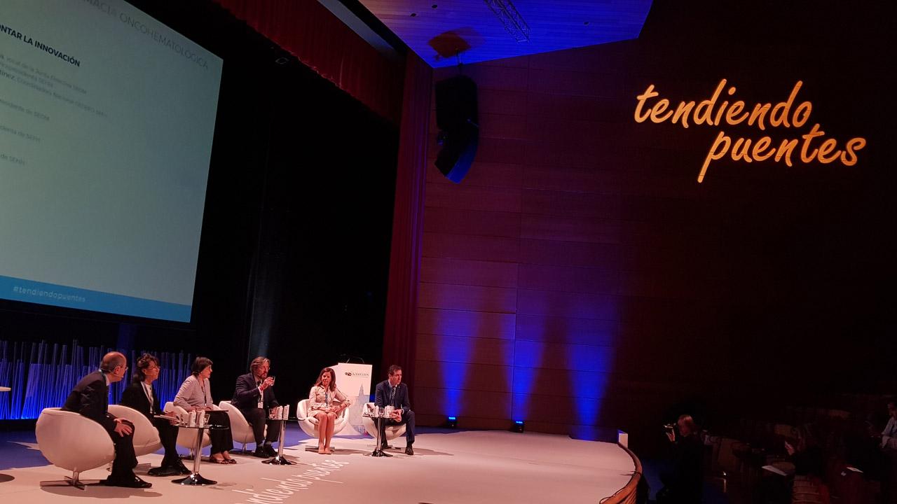 Francisco Ayala (oncólogo), Ángela Figuera (hematóloga), Estela Moreno (SEFH-Gedefo), Álvaro Rodríguez (SEOM), Olga Delgado (SEFH) y Ramón García (SEHH), durante la mesa de debate sobre cómo afrontar la innovación en el congreso 'Tendiendo puentes'.