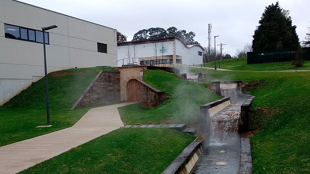 Las aguas mineromedicinales que emanan del manantial sobre el que se han levantado las instalaciones de Cantabria Labs en Santander.